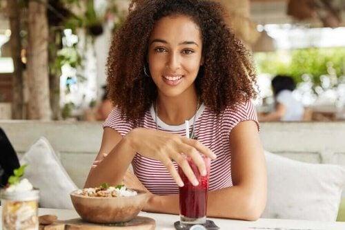 Kvinna äter frukost på en restaurang.