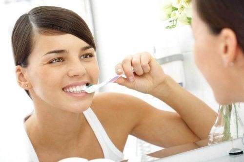 Kvinna borstar tänderna.