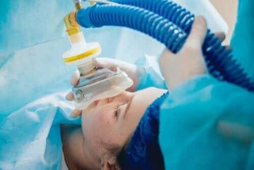 Kvinna får generell anestesi.