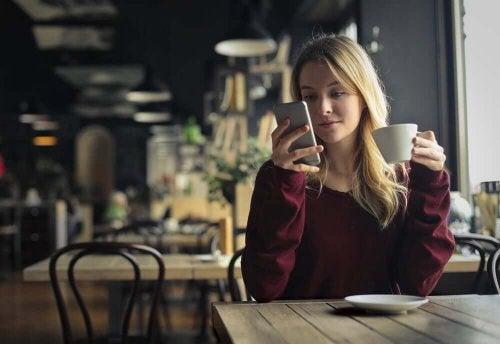 Kvinna använder mobilen som ett verktyg för att bilda en ny vana.
