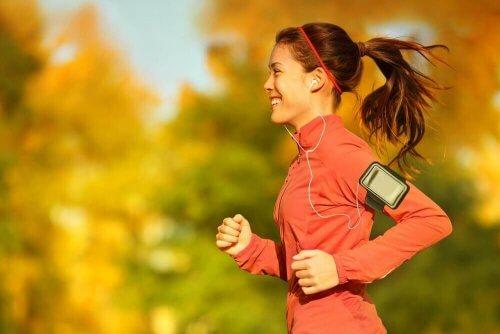 Kvinna springer och lyssnar på musik.