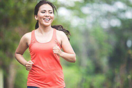Glad kvinna är ute och springer.
