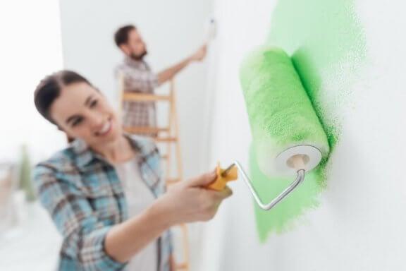 Lyckliga par delar på hushållsarbetet