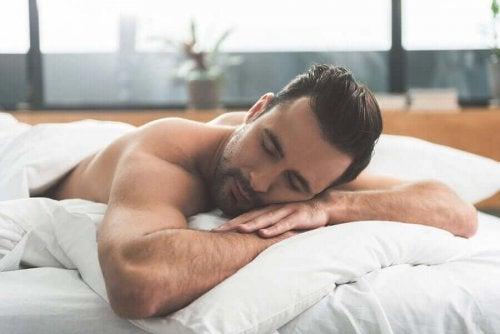 Man sover gott i sängen.