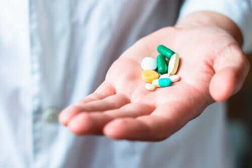 Person med opioider i handen.