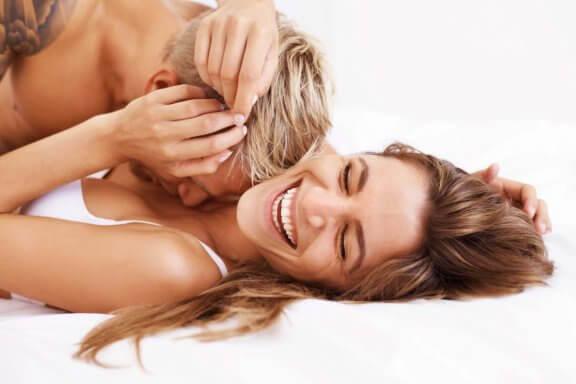 Lyckliga par pratar om och har sex