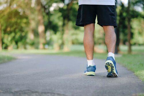 En person tar en promenad för att undvika en stillasittande livsstil.
