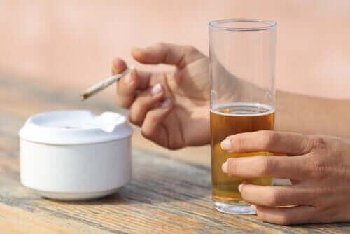 Röka tobak och dricka alkohol finns bland dagliga aktiviteter som påverkar sömnen negativt.