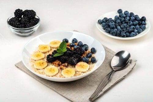 Smoothiebowl med bär och banan till frukost.