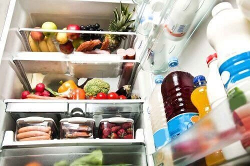 oxiderad frukt i kylskåp
