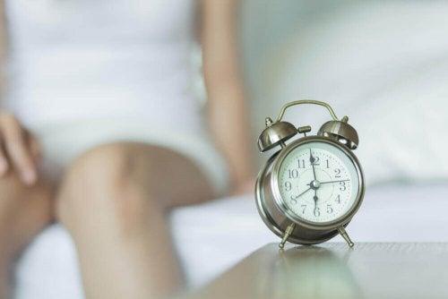 Väckarklocka på sängbordet.