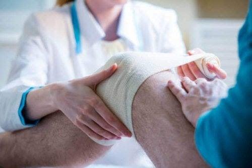 förband och bandage på ben