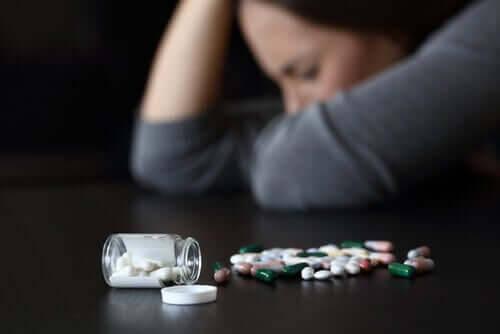 läkemedel som kan orsaka dåsighet: kvinna som ser trött ut och piller