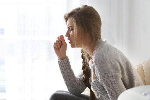orsaken till att vi hostar: kvinna hostar