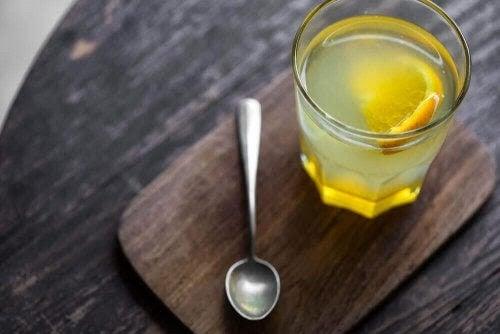 sund matsmältningshälsa: glas med citron i