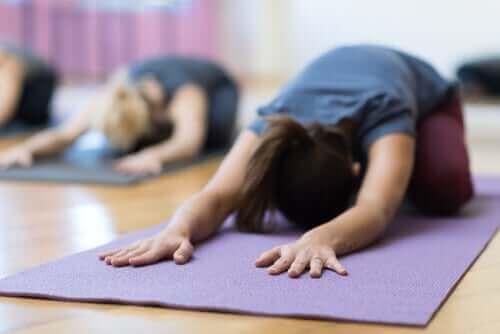Kvinnor på yogalektion.