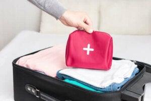 Hur du förbereder ett första hjälpen-kit till resan