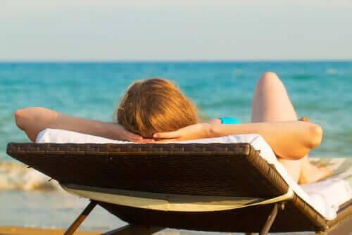 orsakerna till hyperpigmentering: kvinna solar