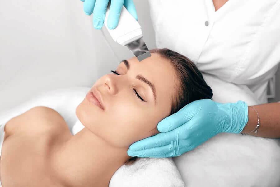 kvinna får hudbehandling
