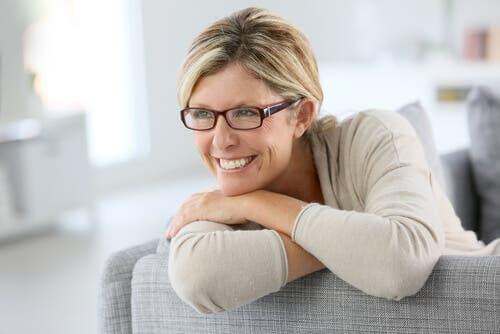 symptomen på perimenopaus: kvinna på soffa