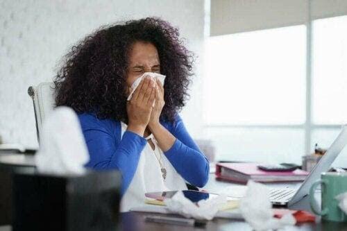 influensan sprider sig mer på vintern: förkyld kvinna