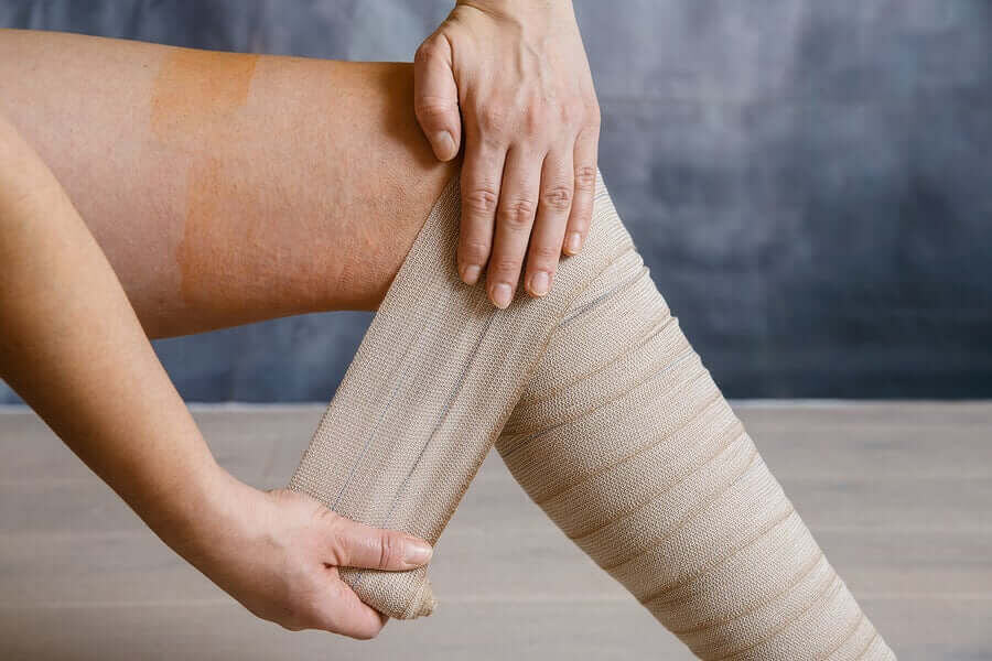 kvinna lindar sina tunga ben