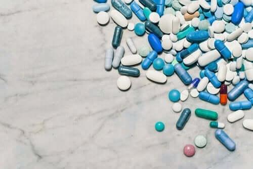 Många olika smärtstillande tabletter i en hög.