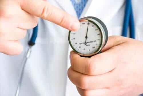 läkare mäter blodtryck