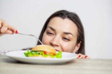 Konsekvenserna av att äta för mycket och hur man undviker det
