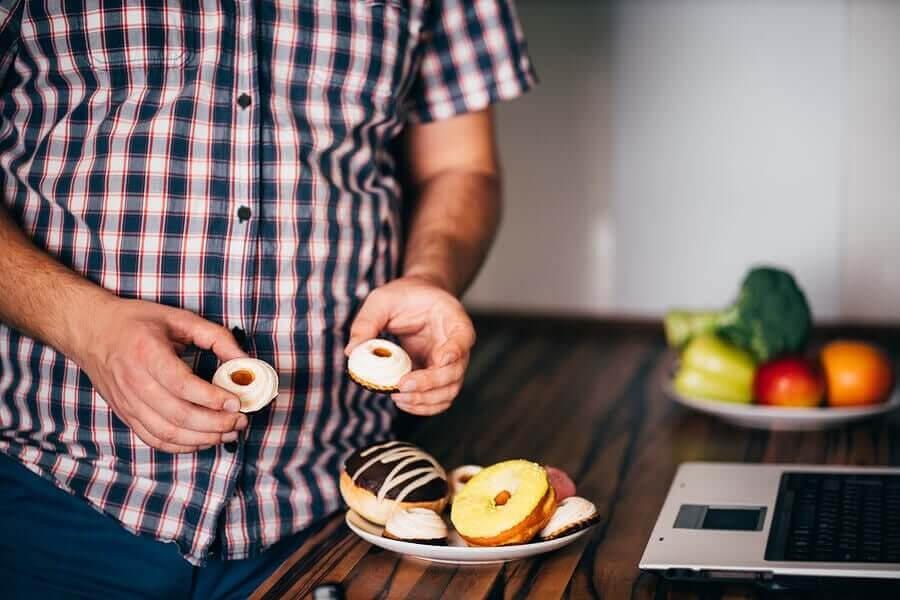 konsekvenserna av att äta för mycket: man tar kakor