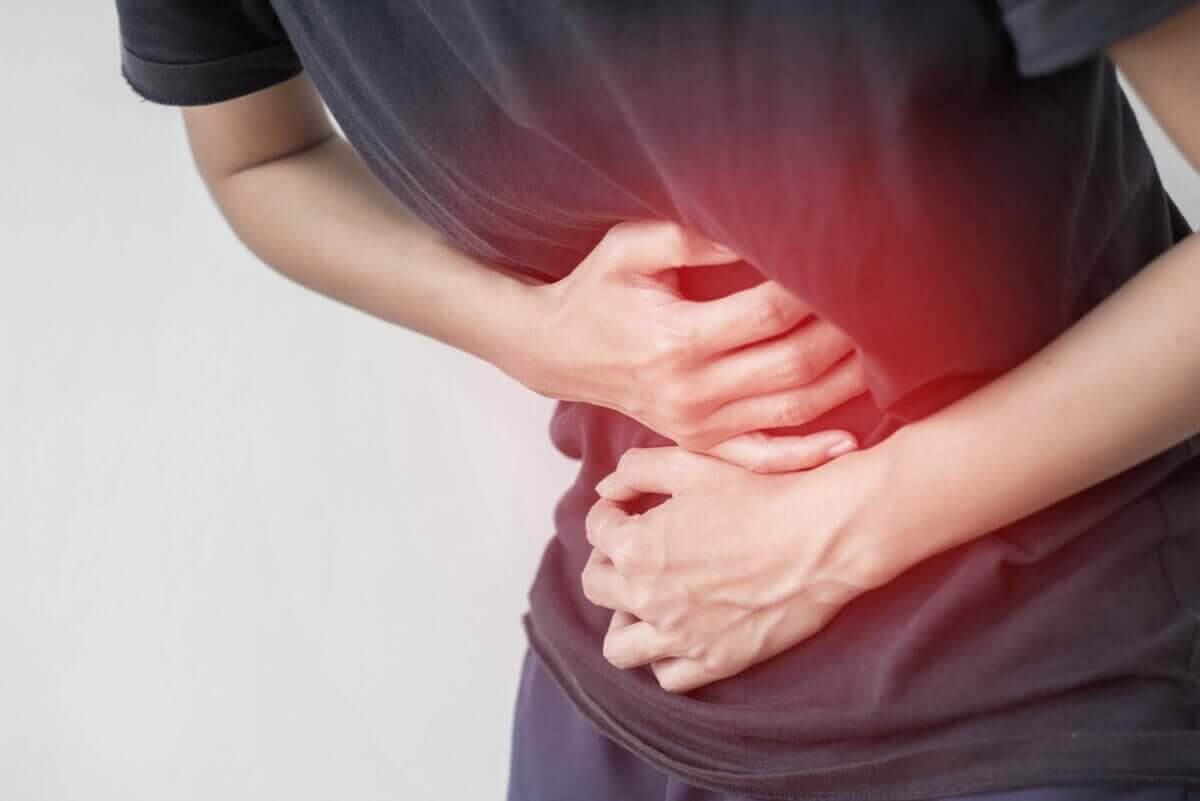 symptomen på gastroenterit: man håller sig för magen
