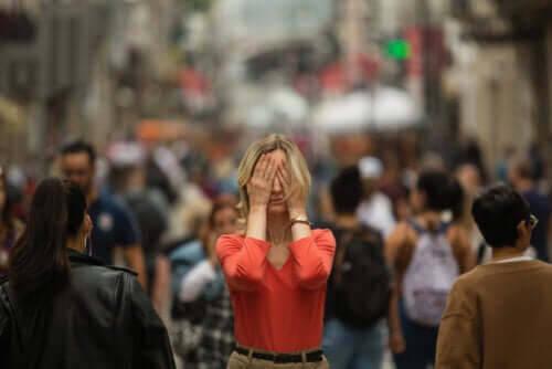 Vilka är symptomen på agorafobi?