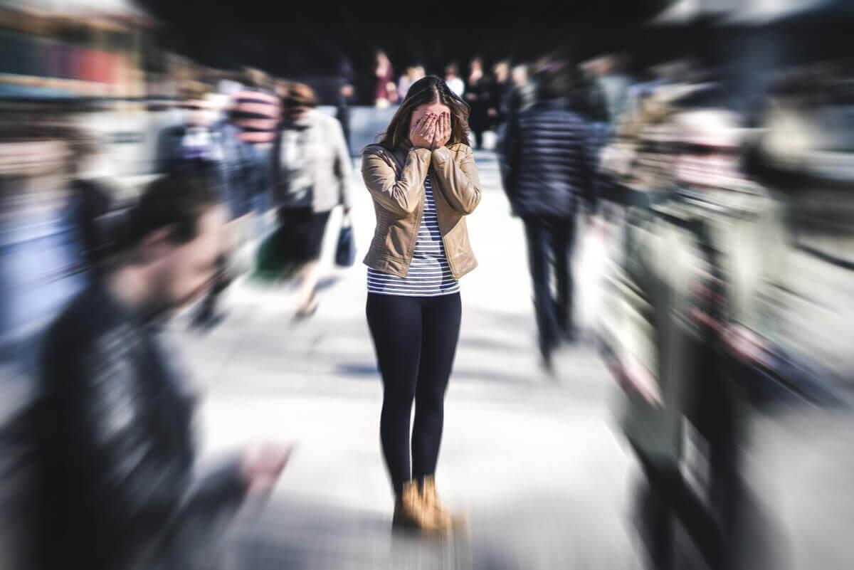 kvinna på torg med symptomen på agorafobi