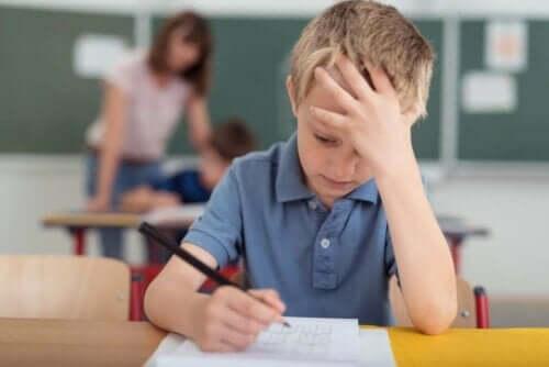 Barn med ont i huvudet i skolan.
