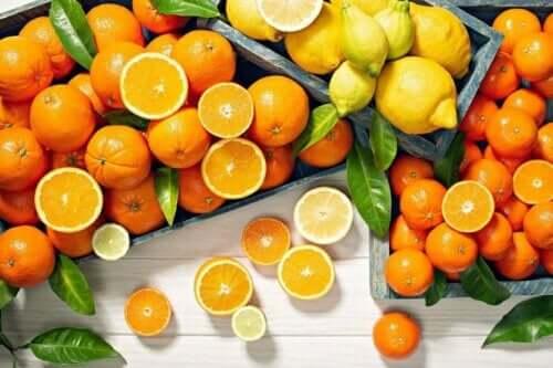 Citrusfrukter har mycket vitamin C.