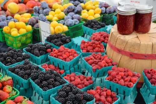 Färsk frukt på den lokala marknaden.