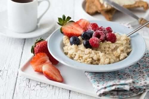 En hälsosam frukost med havregrynsgröt och jordgubbar.