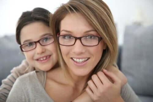Mor och dotter med glasögon på sig.