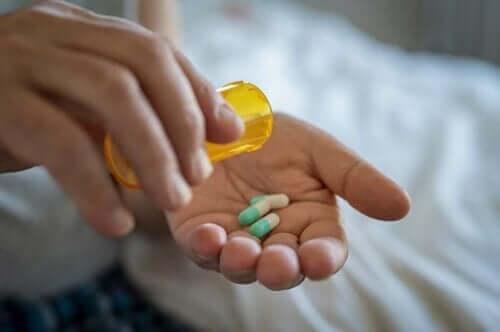 Person tar antibiotika vid urinvägsinfektion