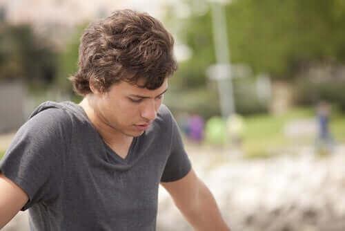 En tonårig pojke i djup eftertanke.