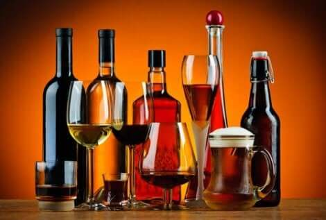 En bild på flaskor med alkoholdrycker som orsakar hög urinsyra i blodet