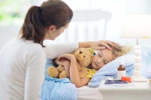 Ett sjukt barn sover i sin säng.