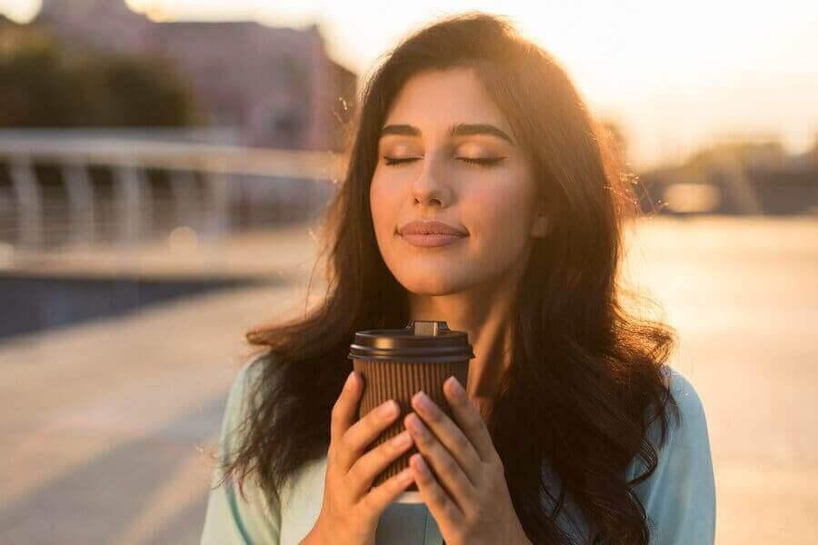 En avslappnad kvinna som dricker kaffe
