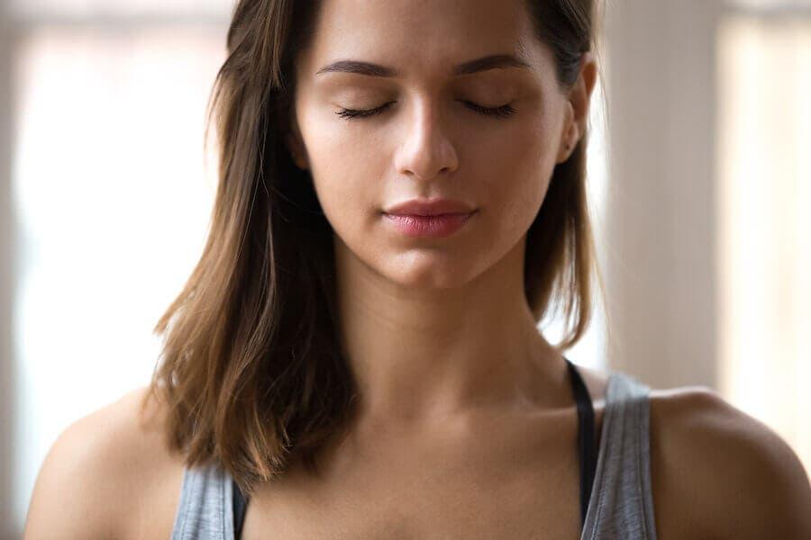 En kvinna som tar sig tid att känna sina känslor