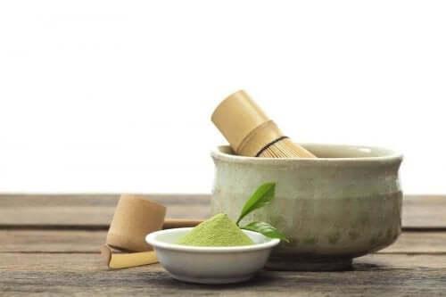 En skål med grönt matcha-te.
