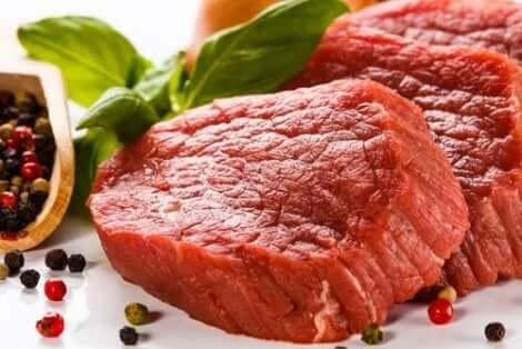 Rött kött innehåller purin och kan bidra till hög urinsyra.