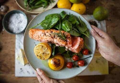 Att äta middag tidigt kan hjälpa dig att gå ner i vikt och förebygga diabetes