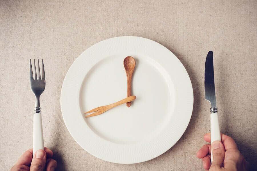 äta middag tidigt: klocka på tallrik