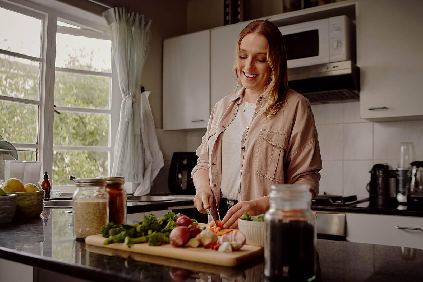 äta middag tidigt: kvinna lagar mat