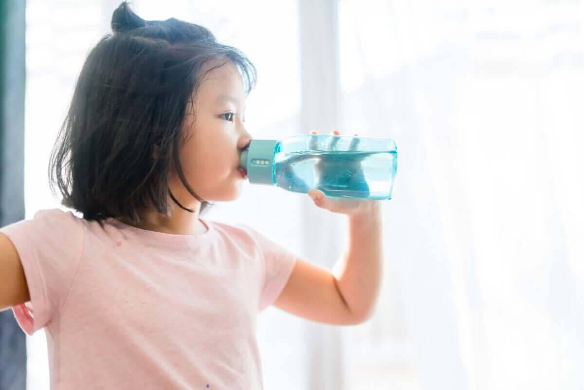 barn dricker vatten för att upprätthålla vätske- och elektrolytbalansen